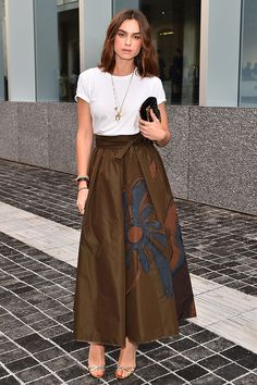Kasia Smutniak Evening Sandals - Kasia Smutniak styled her look with elegant silver evening sandals. Skirt Outfits, Chic Outfits, Dress Skirt, Shirt Skirt, Milan Men's Fashion Week, Mens Fashion Week, Long Skirt With Shirt, Celebrity Dresses, Celebrity Style