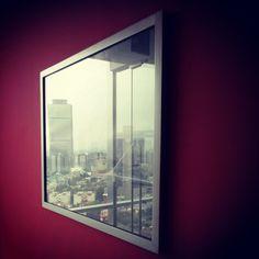 Descubrieron que cada día se reflejaba una ciudad distinta en ese vidrio. #instacuento