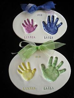 Sibling Two Tone Handprint Plaque with mold kit by handprintlady, great idea. Family Crafts, Baby Crafts, Christmas Baby, Diy Christmas Gifts, Christmas Time, Christmas Ornaments, Diy Arts And Crafts, Fun Crafts, Big Sister Gifts