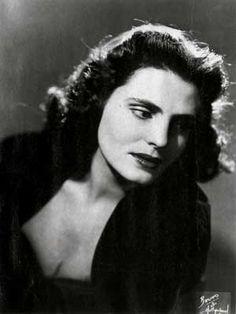 Amália Rodrigues (1920 -1999) foi uma fadista, cantora e actriz portuguesa, considerada o exemplo máximo do fado, comummente aclamada como a voz de Portugal e uma das mais brilhantes cantoras do século XX. Está sepultada no Panteão Nacional, entre os portugueses ilustres.