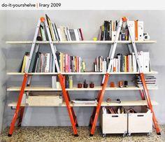 Etagères faites maison  Plus besoin de clous pour monter ses propres étagères : 2 escabeaux et des planches suffisent !