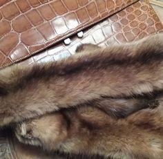Bolso cocodrilo auténtico (250€) y 2 visones unidos por la boca para usar de cuello(120€)