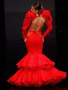 La diseñadora ha presentado su colección «Esencia», en la que mezcla tendencias actuales de bodas y «prêt-à-porter», con trajes de luces y faralaes con solera (Foto: Raúl Doblado) Flamenco Dancers, Flamenco Dresses, Red Street, 2015 Fashion Trends, Frou Frou, Dance Fashion, Bridal Gowns, Dress Skirt, Beautiful Dresses
