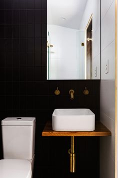 Fresh & Modern Powder Room Reveal A beautiful fresh & modern powder chamber reveals .Fresh & Modern Powder Room Reveal A beautiful fresh & modern powder room reveal . Bathroom Plans, Bathroom Renovation, Bathroom Interior, Bathroom Decor, Black Bathroom, Trendy Bathroom, Bathrooms Remodel, Tiny Powder Rooms, Brass Bathroom