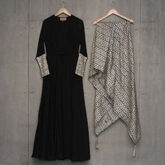 Looking for plain salwar and heavy dupatta combinations? Check out 10 cool ideas for you to shop the best one and look dashing on it! Plain Kurti Designs, Salwar Designs, Blouse Designs, Indian Wedding Outfits, Pakistani Outfits, Indian Outfits, Indian Attire, Indian Wear, Indian Designer Outfits