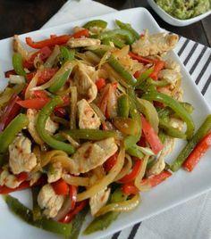 Pimientos, cebolla y fajitas de pollo para comer riquísimo cualquier día de la semana.