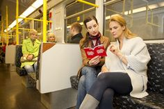 Touristen mit Berlin WelcomeCard in der U-Bahn || Tourists with the Berlin WelcomeCard on the Berlin subway by visitBerlin, via Flickr © visitBerlin | Philip Koschel