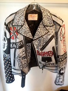 Punk leather jacket, reminds me of my mom. Diy Leather Jacket, Custom Leather Jackets, Punk Outfits, Cool Outfits, Punk Jackets, Battle Jacket, Estilo Rock, Studded Jacket, Painting Leather