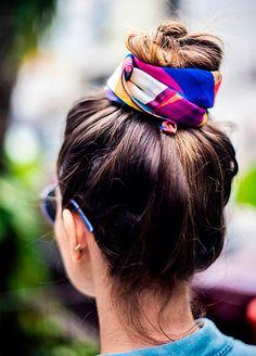 Nesse verão, os lenços podem ser ótimos aliados na hora de arrematar um coque, além de dar cor e um toque de estilo ao seu look