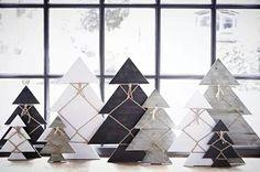 Van dik papier kerstbomen maken. Deze kunnen de kinderen versieren met touw, glitters,  stukjes papier enz.