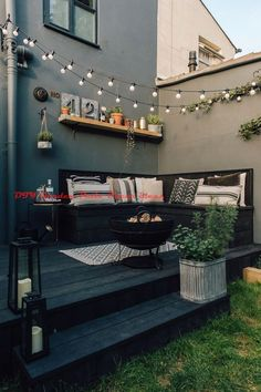 Decking for your outdoor living space Design inspiration for small guests . Decking for your outdoor living space Design inspiration for small gardens - patio ideas :: market lighting # plants - diy modern screen wall Outside Living, Outdoor Living, Small Gardens, Outdoor Gardens, Small Courtyard Gardens, Small Space Gardening, Small Garden Spaces, Small Deck Space, Back Gardens