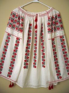 I bought a blouse in Romania back in and wish more than anything I hadn't lost it! Hand Embroidery Flowers, Folk Embroidery, Embroidery Fashion, Embroidery Designs, Embroidery Stitches, Bandanas, Outing Outfit, Romanian Girls, Folk Costume