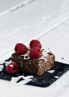 Vi ELLEsker chokoladekage, og Julie Bruuns raw version er et fantastisk og sundere alternativ til den traditionsrige kage. Her får du hendes opskrift på raw chokoladekage med dadler - helt uden mel, smør og sukker.