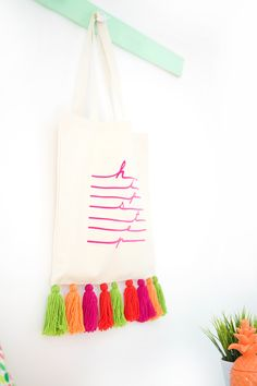 Easy Yarn Tassel Tote Bag Creating a tassel tote bag has never been easier or more stylish. Usher in the summer with this tote that will turn heads. Diy Fashion, Fashion Bags, Diy Tote Bag, Reusable Tote Bags, Types Of Handbags, Jute Bags, T Shirt Diy, Cotton Bag, Handmade Bags