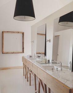 Bois et marbre pour une salle de bains sobre et esthétique.