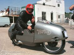 Racing Motorcycles, England, Vintage Racing, Motorcycle Parts, Riding Helmets, How To Memorize Things, Bike, Retro, Vehicles