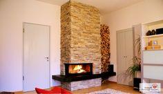 Heizkamin mit Natursteinverkleidung und Feuertisch. #Heizkamin #OfenNaturstein #Fireplace www.ofenkunst.de