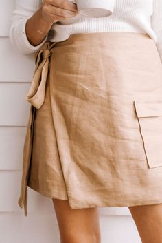 Make This Safari Inspired Linen Wrap Skirt! A Line Skirts, Mini Skirts, Wrap Skirts, Diy Clothes Design, Diy Mode, Make Your Own Clothes, White Button Down Shirt, Straight Stitch, Sewing Tutorials