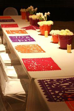 O úsalo como manteles. | 19 Consejos para llevar una fiesta mexicana al siguiente nivel // + tela o cartoncito :B