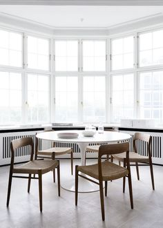 my scandinavian home: The fabulous Danish home of an interior designer / simple dining room with white table and wooden chairs / white dining area Saarinen Tisch, Mesa Saarinen, Saarinen Table, Dining Room Chairs, Table And Chairs, Dining Area, Dining Rooms, Wood Chairs, Round Dining