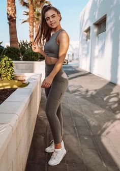 13 Fitness Influencer Inspired Outfits You Should Wear Zip Up Sports Bra, Cute Sports Bra, Sport Outfits, Trendy Outfits, Gym Outfits, Neon Shorts, All Black Looks, Mesh Panel Leggings, Comfortable Outfits