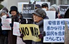「NO WAR」「武力はいらない」200人が首相官邸前に集まり沈黙デモ(画像)