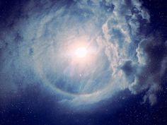 Em 1975, um famoso astrofísico, conhecido como Carl Sagan, sugeriu que poderia existir vida nas camadas superiores da atmosfera de Júpiter. E como isso seria possível? Esses organismos, na teoria de Sagan, se alimentariam diretamente da luz solar e seriam capazes de se locomover pela atmosfera por meio