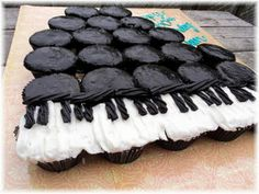 A Grand Piano for a Grand Birthday   I Bake Cupcakes licorice and white icing for the keys