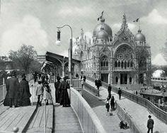 Trottoir roulant devant le pavillon de l'Italie lors de l'Exposition universelle de Paris, en 1900.