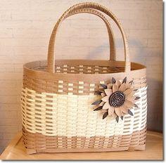 エコクラフトという素材で作られたバック。編みこまれてつくられていて、紙だけど丈夫。