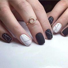 черно-белый геометрический маникюр с полосами