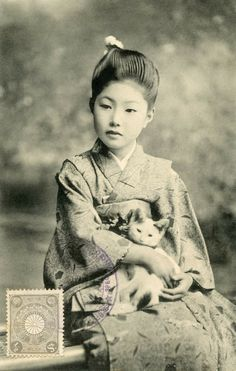 neko no suzu botan no acchi kocchi kana — Issa the cat's bell / here and there among / the peonies An Osaka maiko (apprentice geisha)? Vintage Pictures, Old Pictures, Old Photos, Photo Chat, Art Japonais, Japanese Culture, Japanese Cat, Vintage Japanese, Vintage Photographs