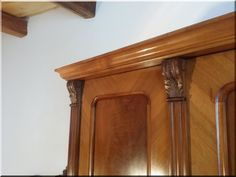 antik bútor, faragott szekrény