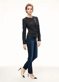 La fantaisie associé à l'élégance : le blazer agrémenté d'un volant féminin et d'une fermeture asymétrique. Les bords sont effrangés conférant à ce modèle une note décontractée. Longueur : env. 54 cm. Nettoyage à sec. 73 % polyacrylique, 25 % laine vierge, 1 % viscose, 1 % alpaga. Doublure : 100 % acétate
