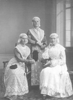 Groepsfoto van drie vrouwen in Friese klederdracht, 13 september 1913. North Sea, Folk Costume, Ancient History, Traditional Dresses, Romans, Netherlands, Holland, Dutch, Nostalgia