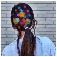 Pour imprimer de jolis pois de couleur sur tes cheveux, trace des ronds de différentes tailles sur plusieurs feuilles de carton assez épaisses et évide-les à l'aide de petits ciseaux à ongles ou d'un cutter. Une fois ton pochoir terminé, il suffit de placer le carton à plat sur tes cheveux, à l'endroit que tu souhaites, et de vaporiser/appliquer le produit de coloration éphémère au centre.  Colo en spray marque: Jacque sebban. Beauty junky. spray in hair colour. Color rebel redken.
