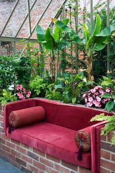 Sitting on this couch surrounded by tropical plants in the greenhouse would be good therapy during winter. Besides that, it would be pure enjoyment.