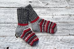 Neulo helpot ja näyttävät Punatulkku-villasukat | ET Knitting Socks, Hand Knitting, How To Start Knitting, Wool, River, Beach, Image, Knit Socks, The Beach
