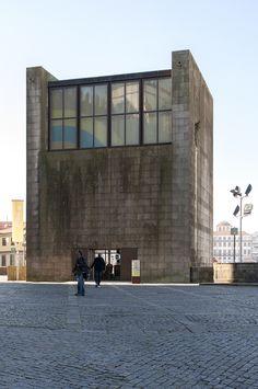 Porto, Casa dos 24 | 1997. Fernando Távora Photo: Jose Carlos Melo Dias Portugal Travel, Portugal Trip, Aldo Rossi, Old Building, Brutalist, Modern Architecture, Modern Contemporary, Facade, Concrete