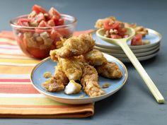 Der goldgelb umhüllte Seelachs lockt selbst die größten Fischstäbchen-Fans! Knusperfisch mit Tomaten-Brot-Salat - Familienessen (2 Erw. und 2 Kinder) - smarter - Kalorien: 553 Kcal - Zeit: 30 Min. | eatsmarter.de