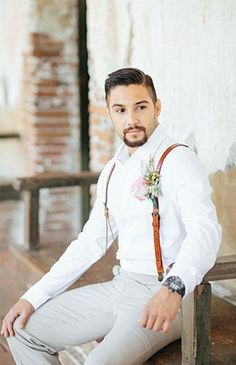 Traje de novio estilo español con tirantes de cuero. Spanish-style groom attire with leather suspenders.