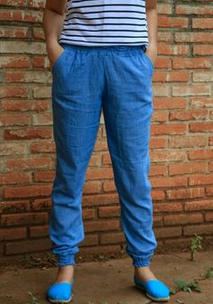 For my joggers, I choosed achambray, this way my pattern is quite loose along the legs. It really looks like I put a few pounds wearing this pants, but... Whatever! The comfort pays for any trouble!http://agulhadevinil.blogspot.com.br/2015/08/joggers-em-cambraia-joggers-in-chambray.html