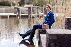 Outfit Artikel mit Hunter Stiefeln, Zara Denimkleid, Rebecca Minkoff Handtasche, Falke Strumpfhosen und Regenschirm im Karlsruher Schlosspark.