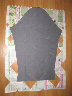Может кому пригодится. Как сделать красивую стежку, одинаковую на всех деталях кроя. Сначала я сделала заготовку на бумаге, наметив центральную линию. Частично вырезала (в шахматном порядке). Намелила на детали ромбики, наложив бумагу сверху и соединив по центральной линии. Затем положила деталь..