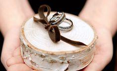 Per le amanti del matrimonio eco chic.... ecco un bellissimo cuscino fedi  ring pillow for a rustic wedding