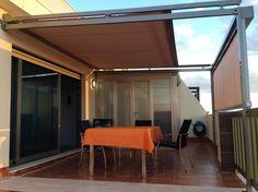Toldo veranda superior y telon con guias y cajon frontal, de accionamiento motorizado.