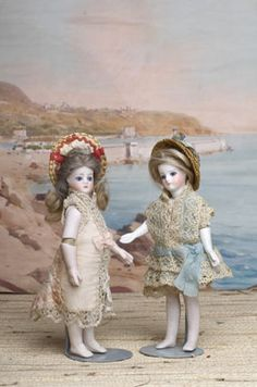 two French all-bisque dolls with jointed elbows according to the patent by Fernand Sustrac, around 1877/1878 (collection Odin-Musée de la Poupée-Paris).