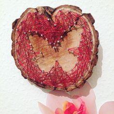 Ein stringart Schmetterling auf einer Treibholz-Baumscheibe