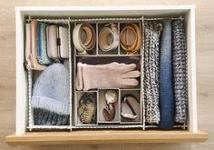 Interior de un cajón con departamentos para guardar complementos - 00449081. Interior de un cajón con separadores para guardar complementos - 00449081