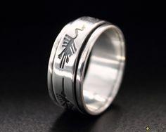Zweiteiliger Drehring aus 950er Silber.  Der Silberring hat eine  schwarzer Gravur von 5 Figuren der berühmten Nascalinien in Peru.